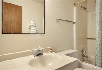 Super 8 Mount Pleasant IA Guest Bath