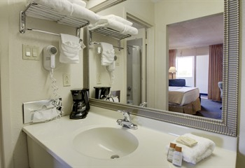 Days Inn Cedar Falls IA Guest Bathroom